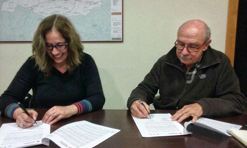 Signatura del conveni entre l'ajuntament Argençola (Marina Berenguer) i el president de l'Associació (Ton Lleonart)