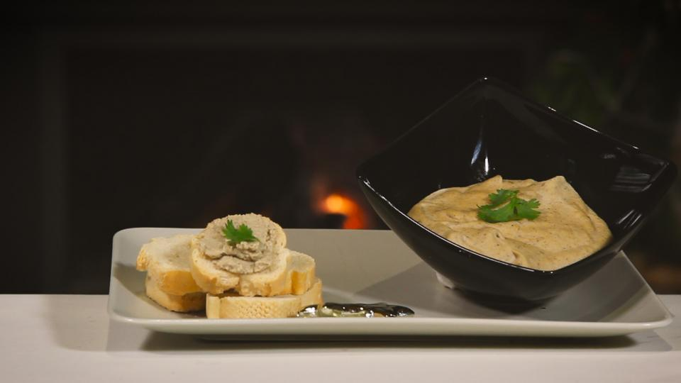 Bosquetons, paté vegetal de farina de cigró i pèsol amb torradetes