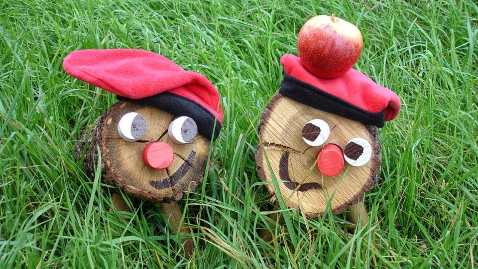 El tió galant li ofereix una poma a una tiona