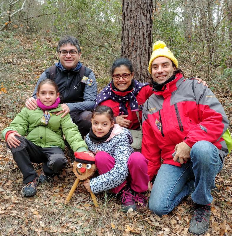Foto de família posant amb el tió