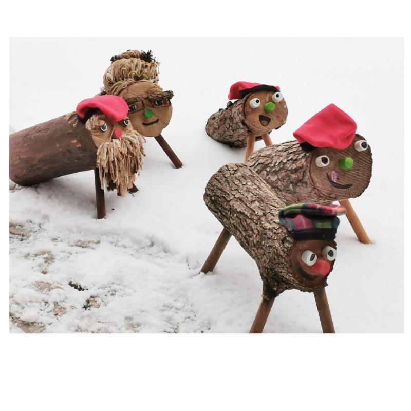 Els tions passejant per la neu